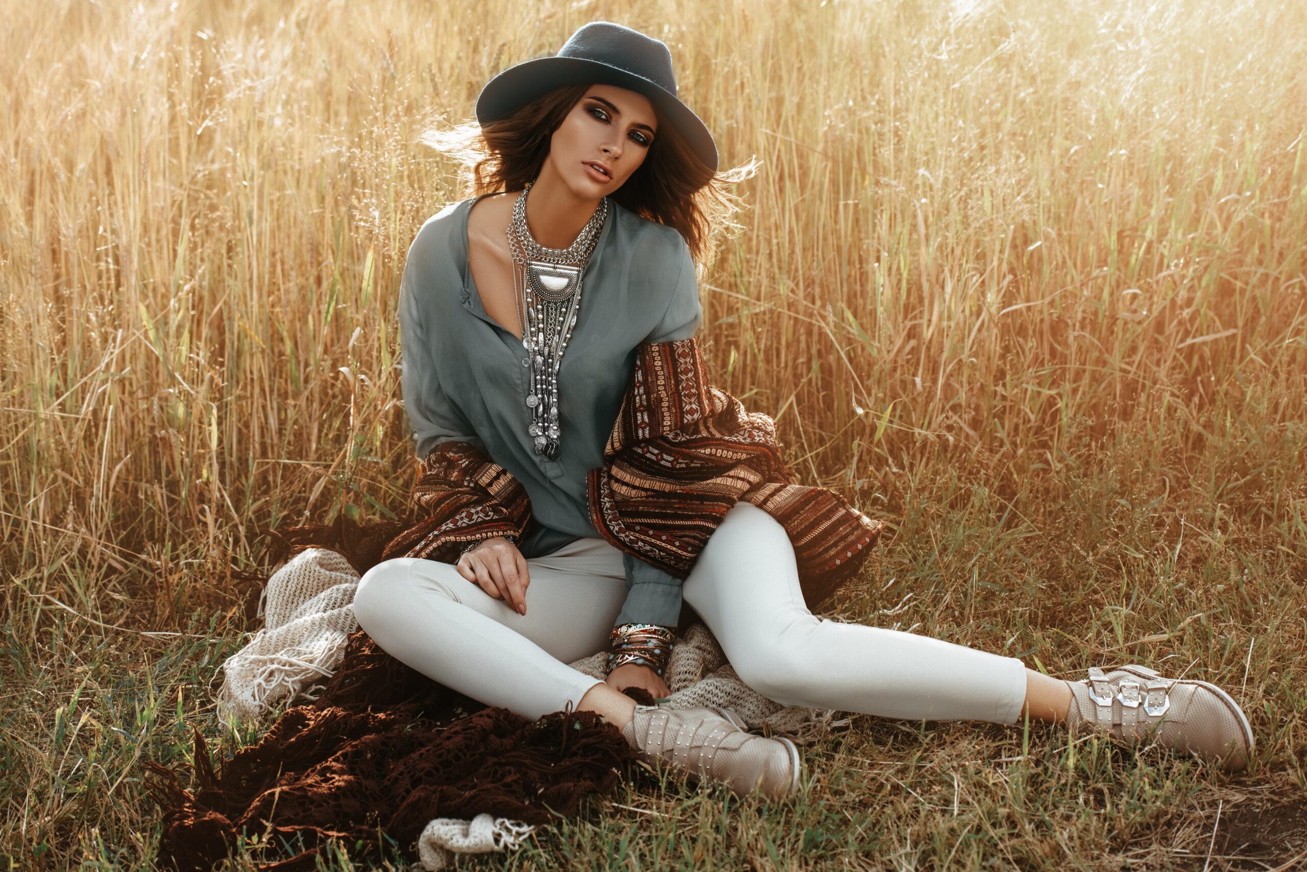 Femme style bohème dans un champ